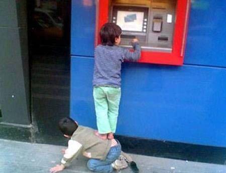 У банкоматов...